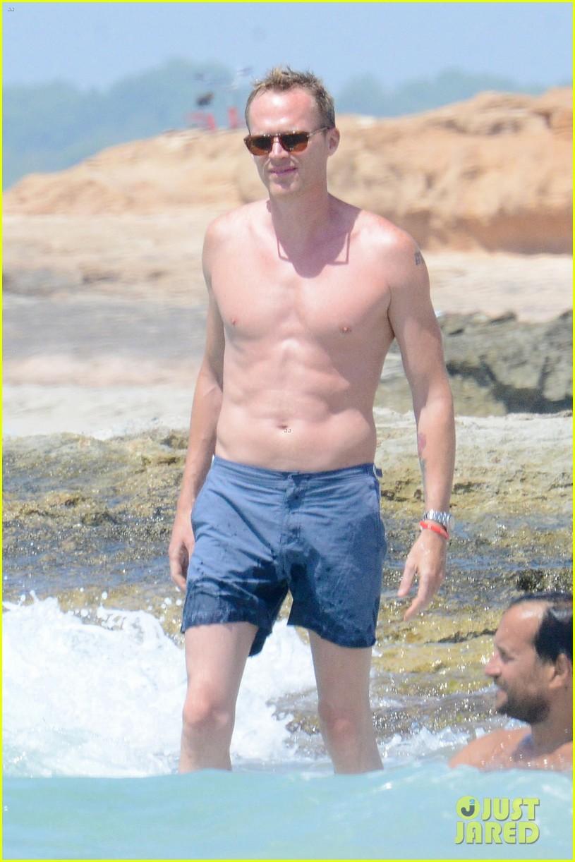 jennifer connelly paul bettany bare beach bodies in spain 033737308