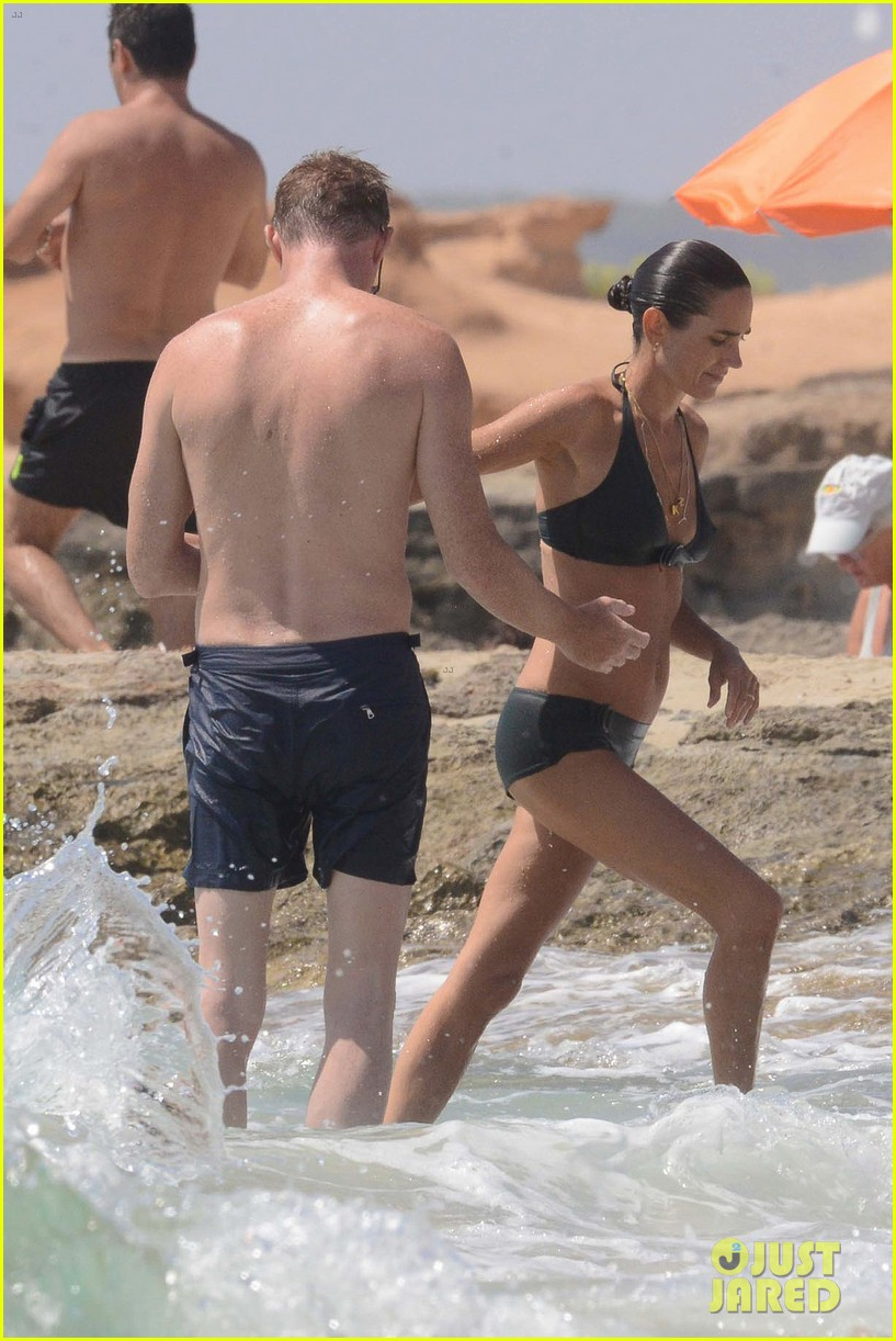jennifer connelly paul bettany bare beach bodies in spain 053737310