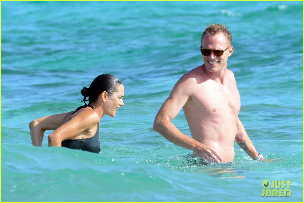 jennifer connelly paul bettany bare beach bodies in spain 183737323
