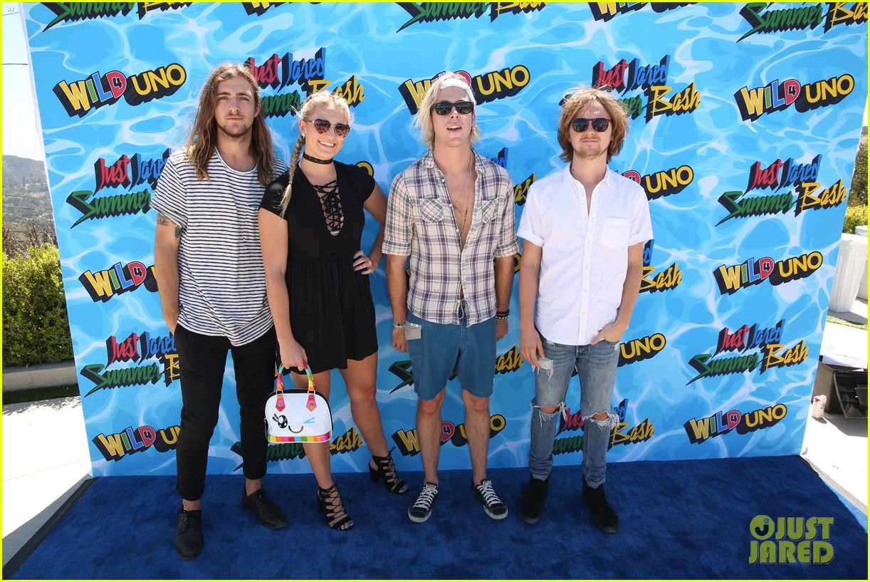 courtney eaton goes swimming with r5 at just jared summer bash 033734347