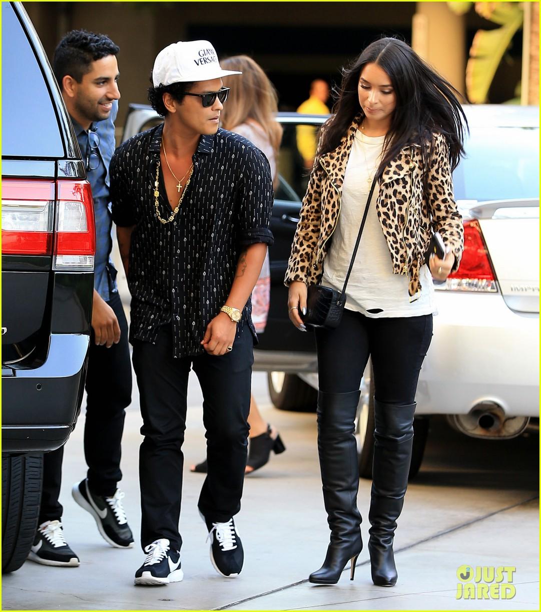 Bruno Mars Girlfriend Jessica Caban Catch Adele In Concert Photo