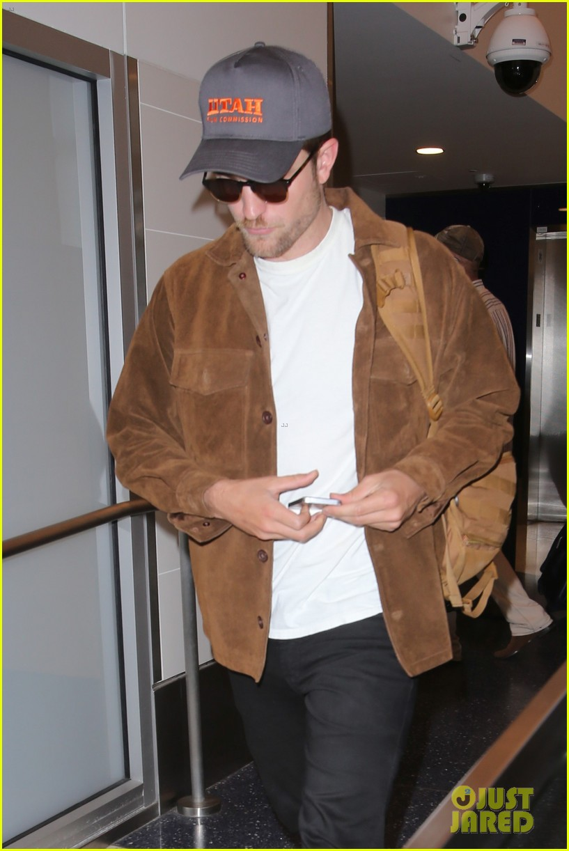 rob pattinson hurries to catch a flight out of lax airport 013739705