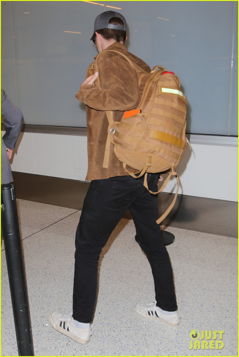 rob pattinson hurries to catch a flight out of lax airport 01