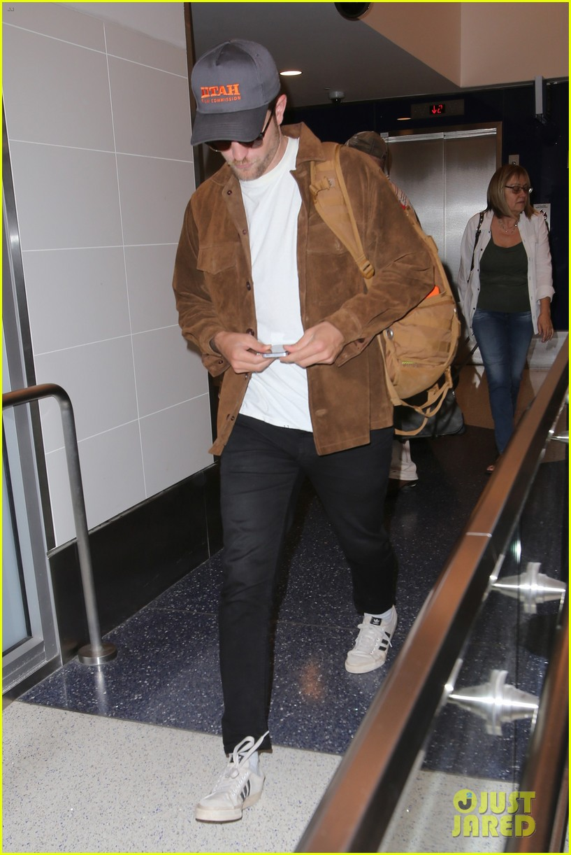 rob pattinson hurries to catch a flight out of lax airport 053739709