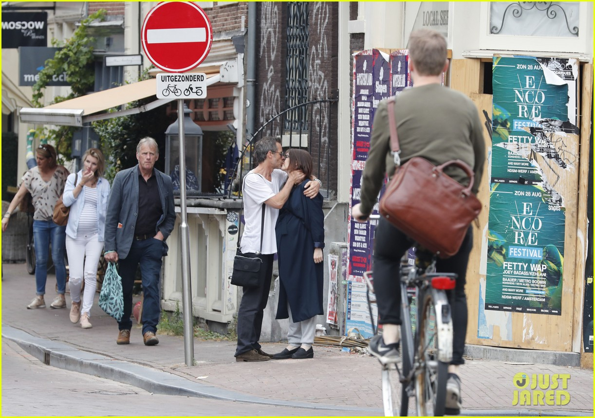 guy pearce shares an emotional kiss with his girlfriend carice van houten 023729200