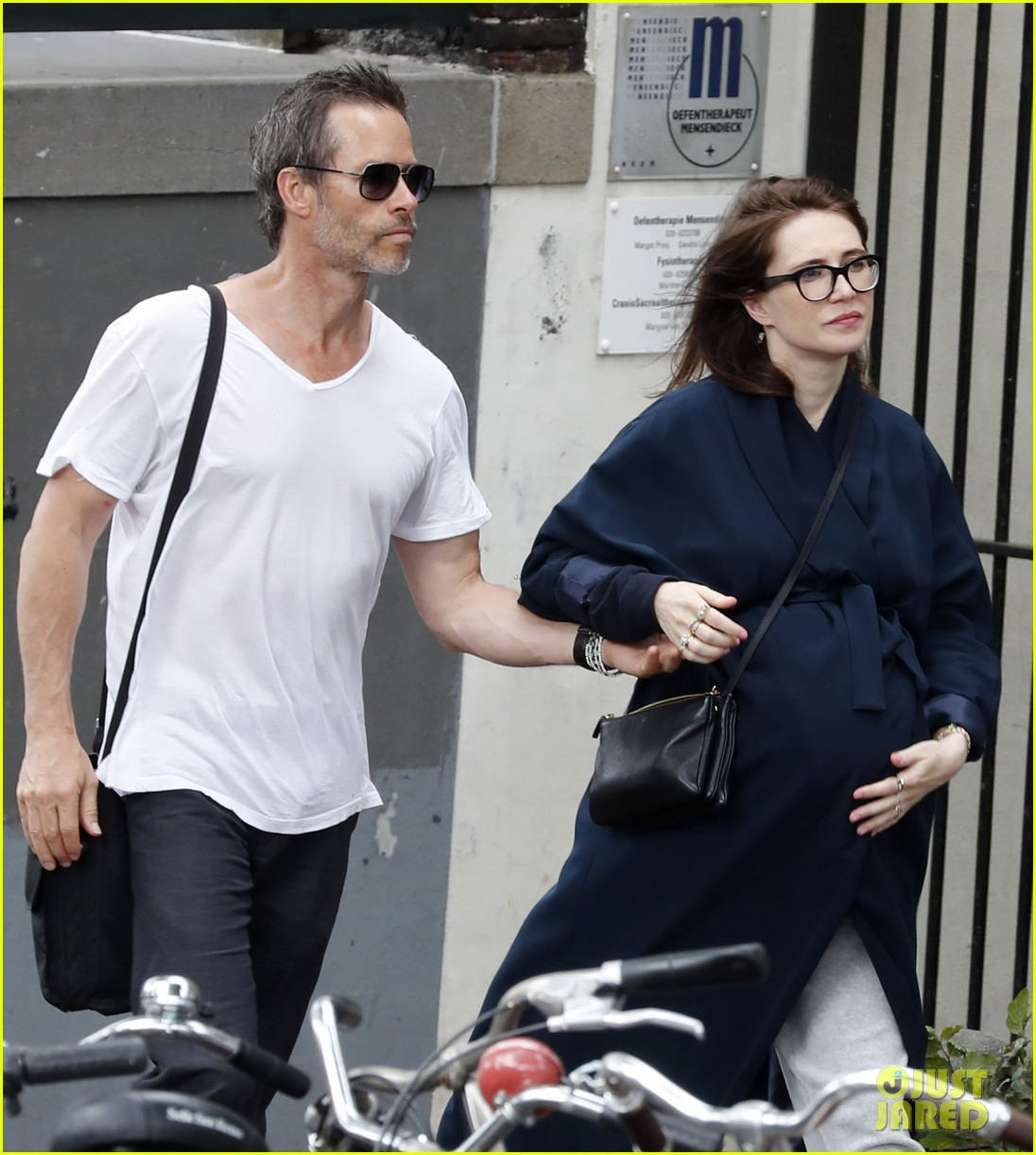 guy pearce carice van houten welcome son monte 053744341