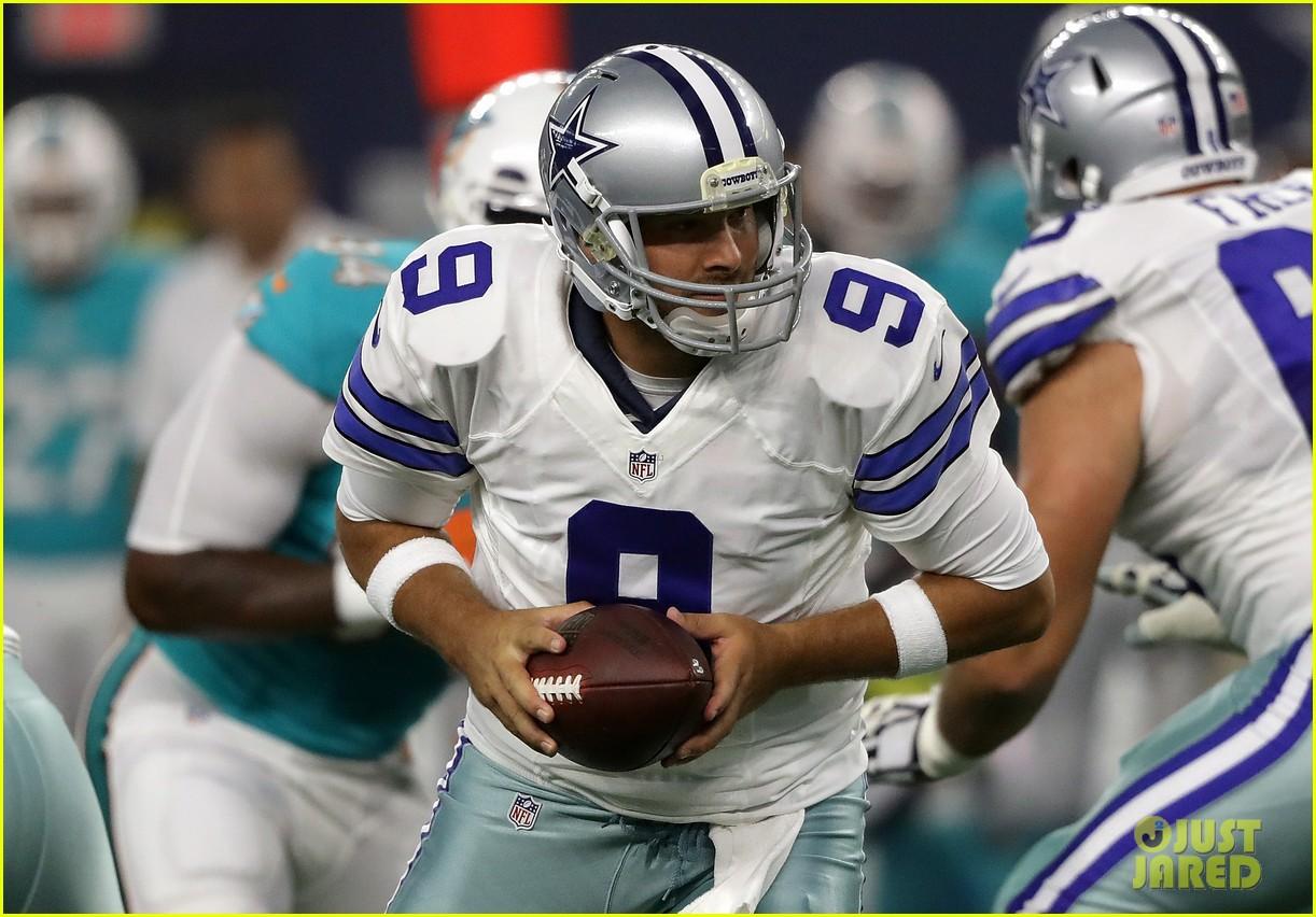 Tony Romo Breaks Bone In His Back Wont Play Until Mid Season