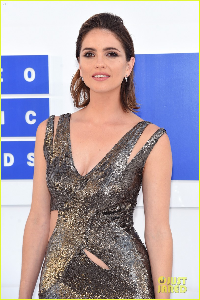 About this photo set: Holland Roden makes a major fashion statement at the 2016 MTV Video Music Awards held at Madison Square Garden on Sunday (August 28) in New York City. The 29-year-old… Read More Here