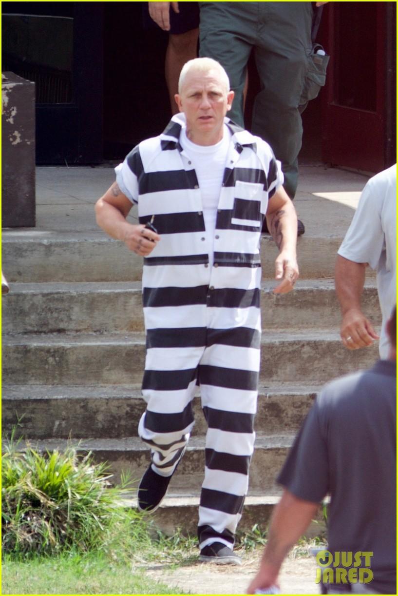 daniel craig goes blond in his prison jumpsuit 013755138