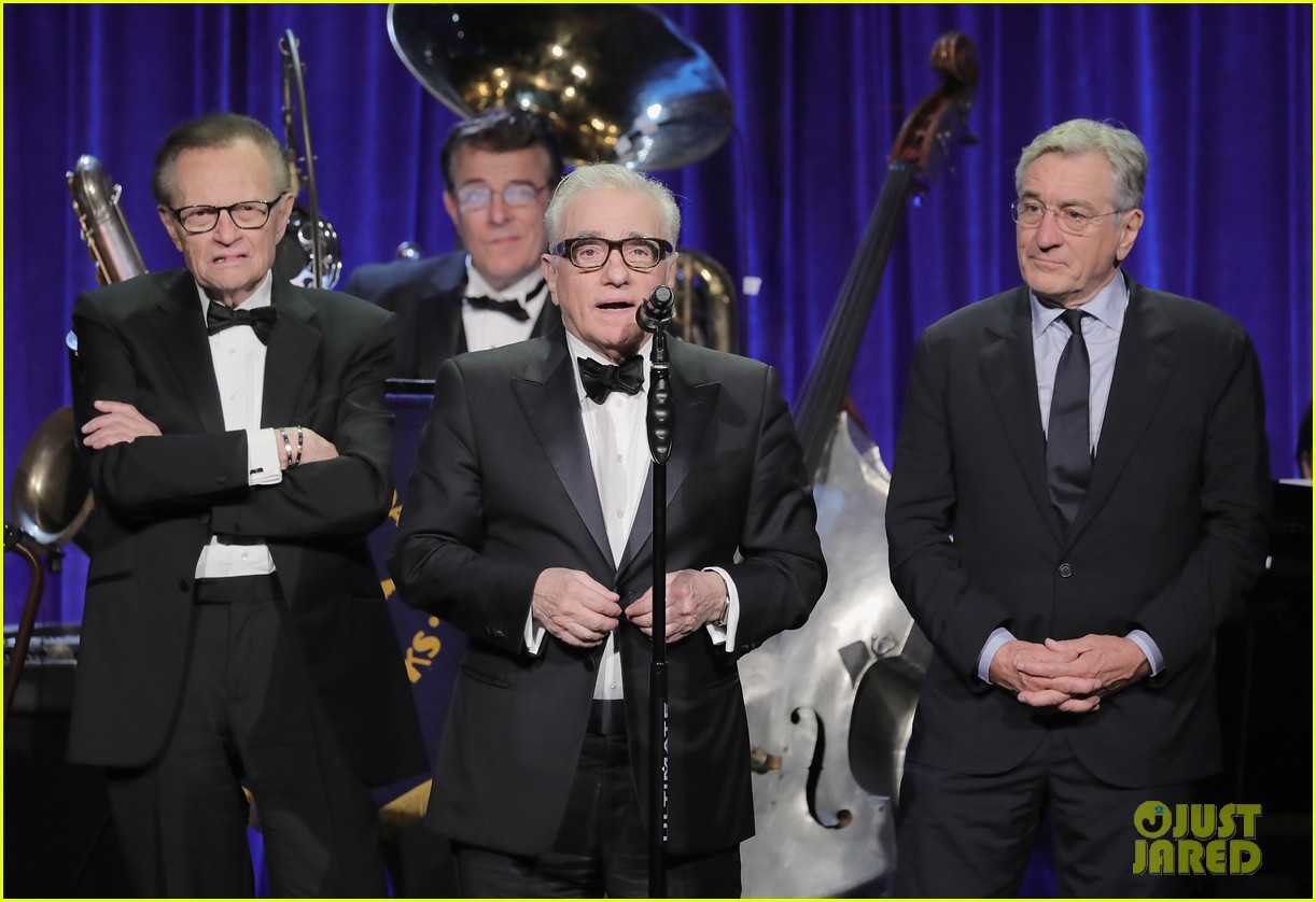 leonardo dicaprio helps honor martin scorsese with entertainment icon award 033766827
