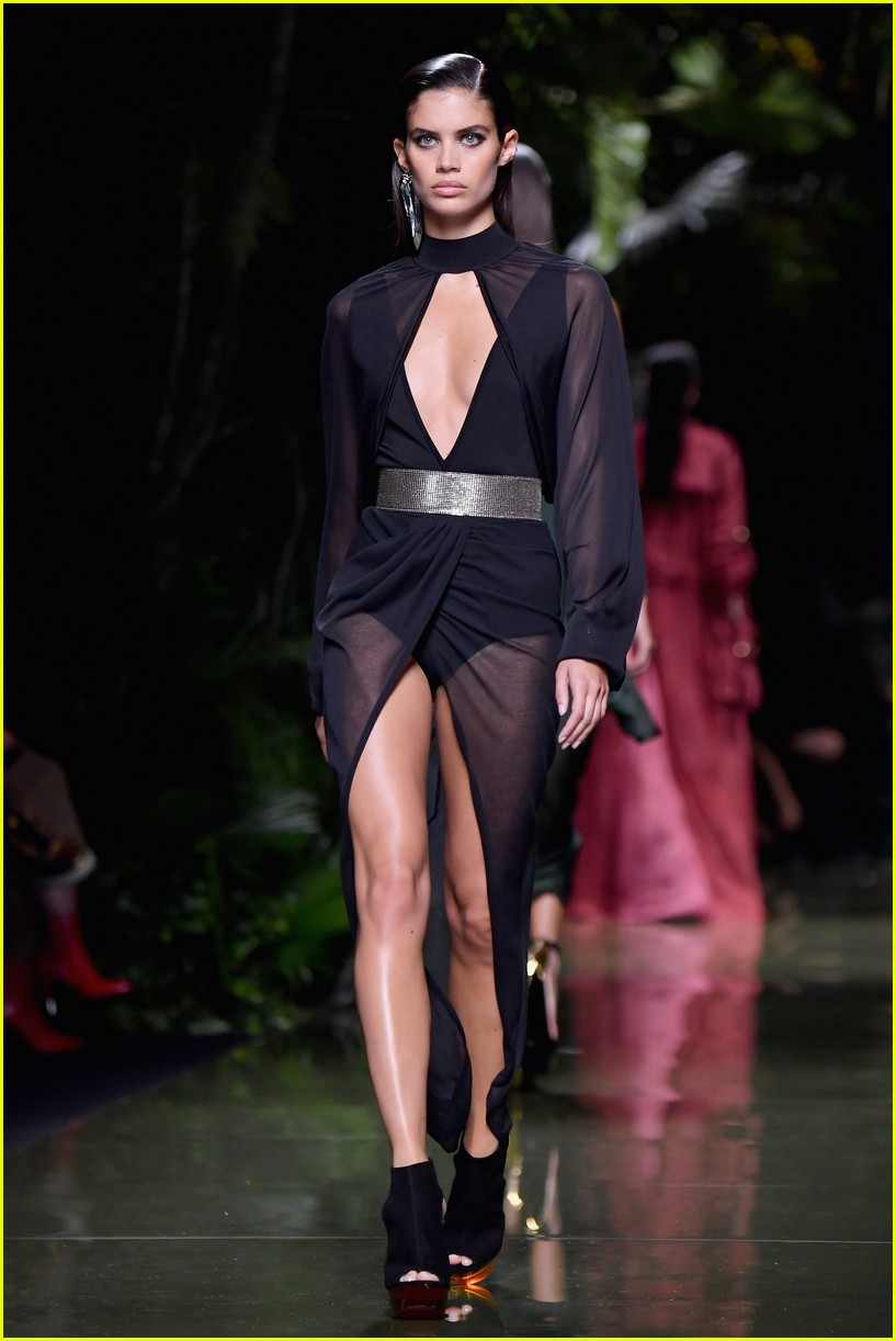 gigi hadid balmain paris fashion show 043773252