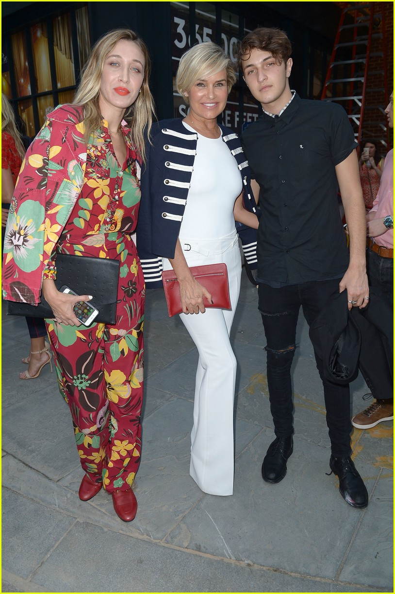 gigi hadid gets support from family at tommyxgigi show 023754493