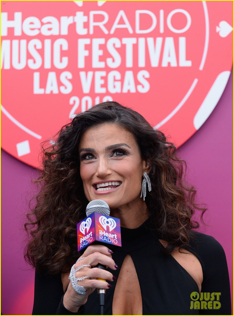 Idina Menzel Shows Off Sparkly Engagement Ring in Vegas: Photo ...