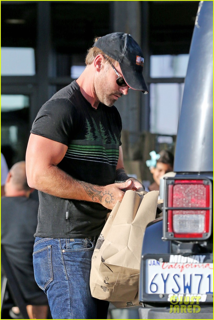 Seann William Scott Teams Up With Amy Poehler For The