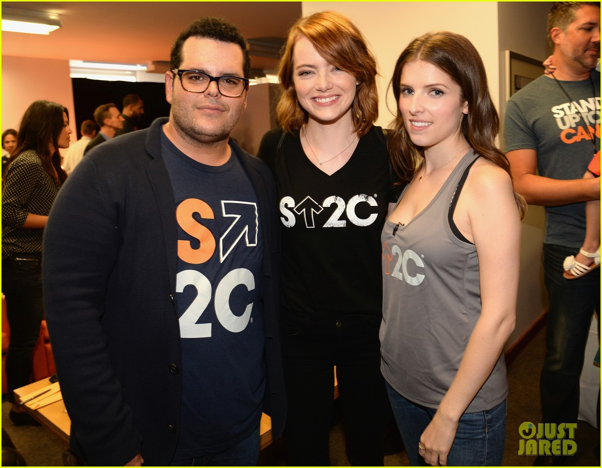 emma stone and anna kendrick team up at the stand up to cancer telecast 053754448