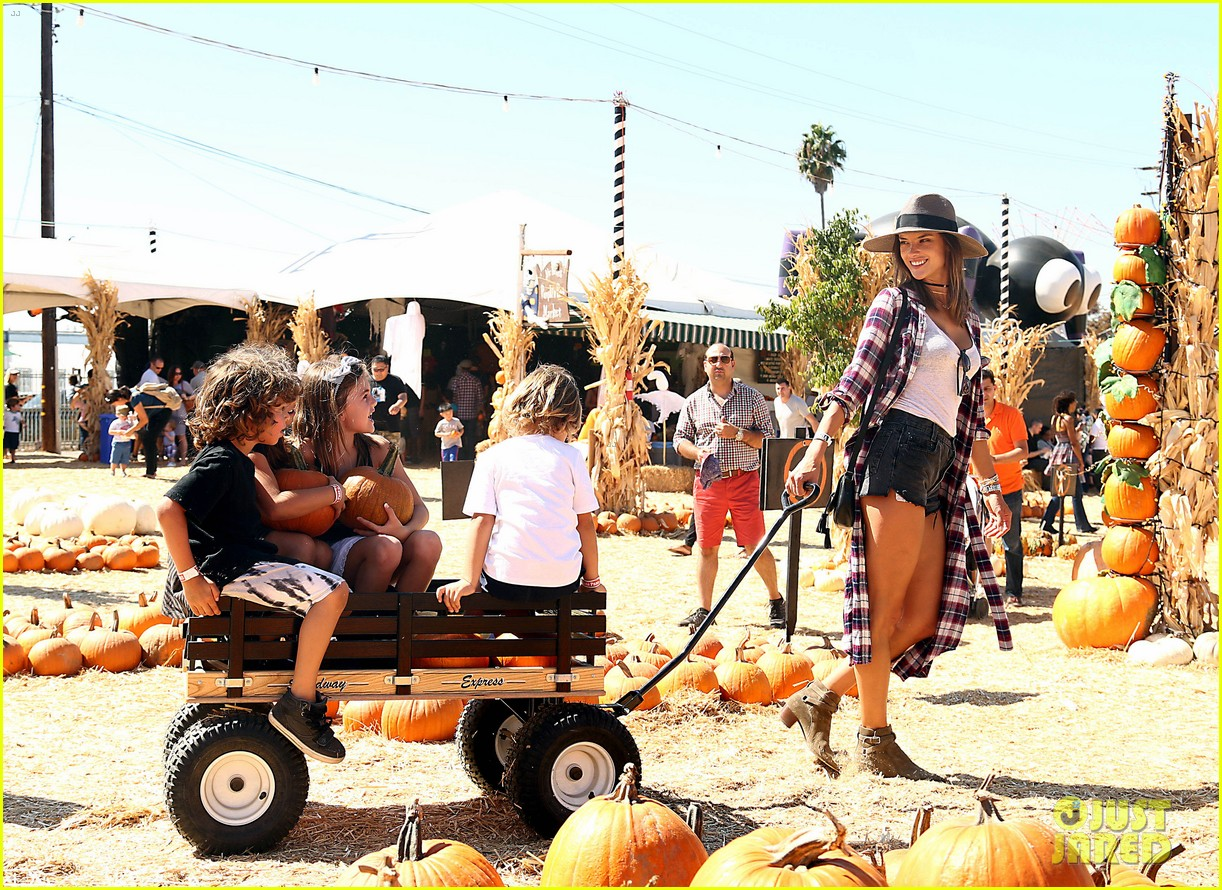 alessandra ambrosio visits a pumpkin patch with her kids 013782592
