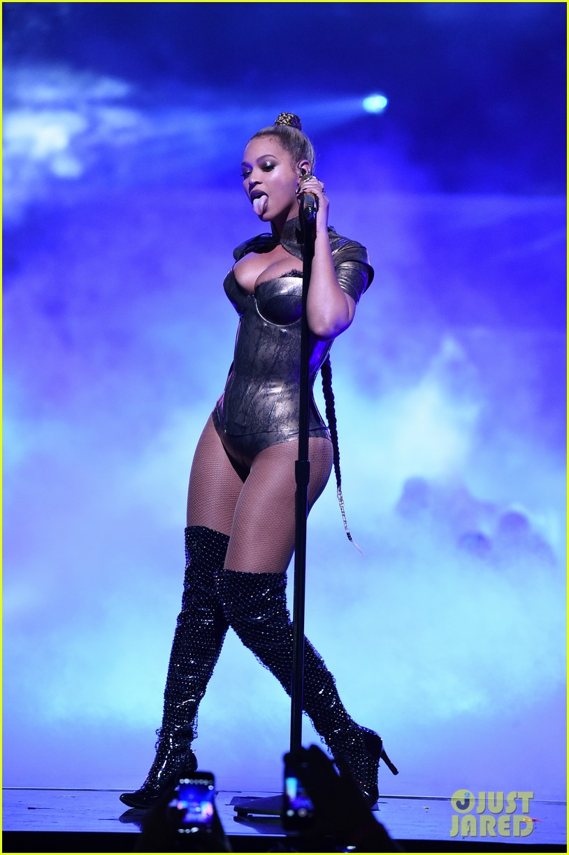 ouc beyonce rips her ear continues performingmytext07mytext3787126
