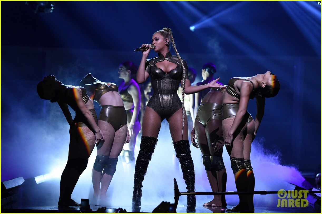 ouc beyonce rips her ear continues performingmytext08mytext3787139