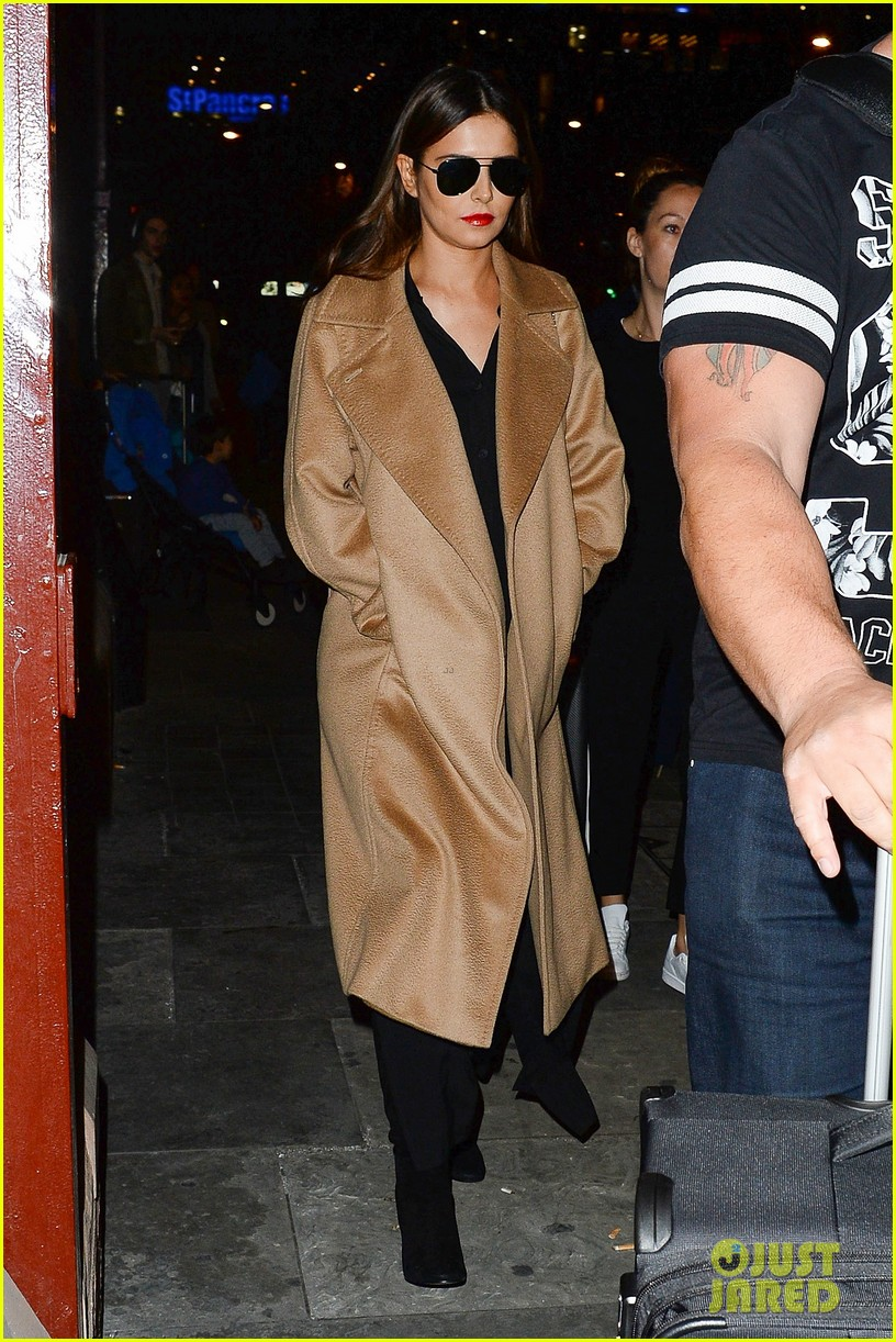 cheryl cole covers up amid pregnancy rumors 053777827