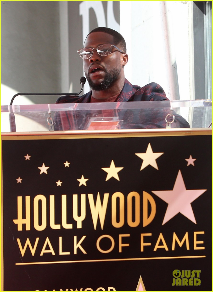 kevin hart gets support from family halle berry at walk of fame ceremony 043782670