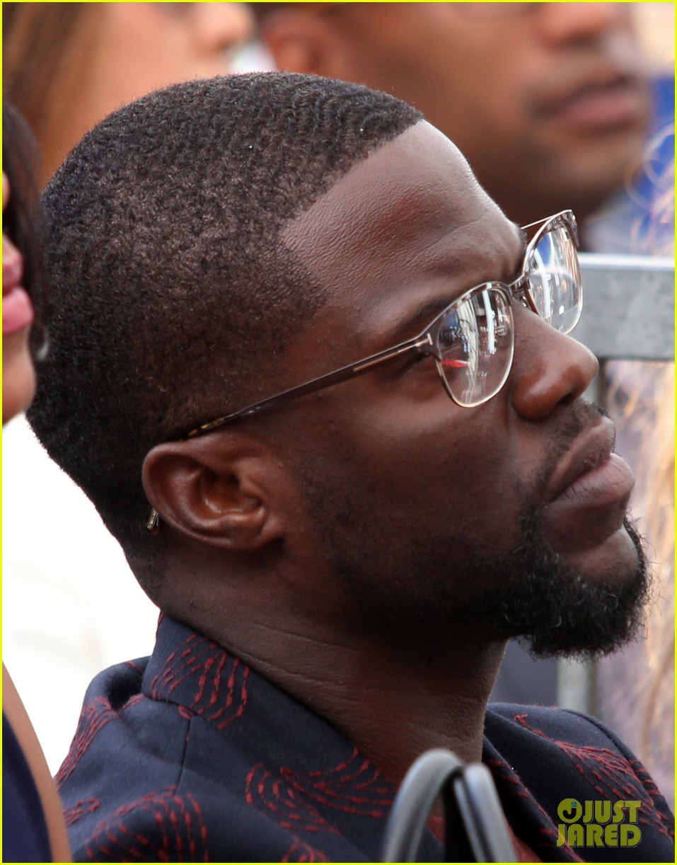 kevin hart gets support from family halle berry at walk of fame ceremony 073782673