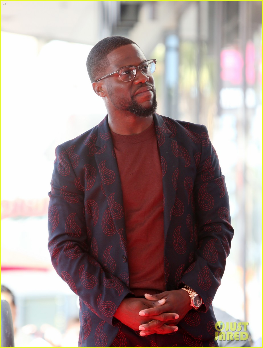 kevin hart gets support from family halle berry at walk of fame ceremony 093782675