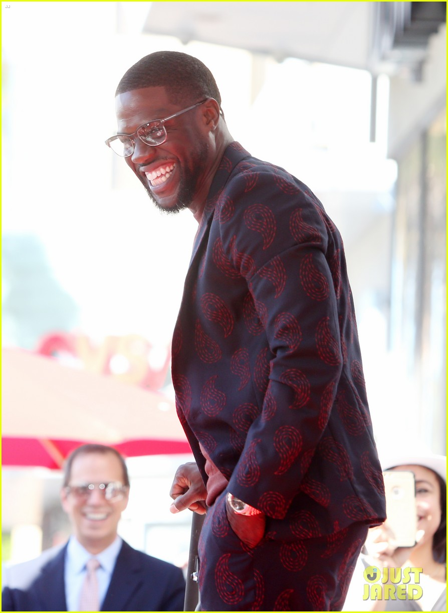 kevin hart gets support from family halle berry at walk of fame ceremony 153782681