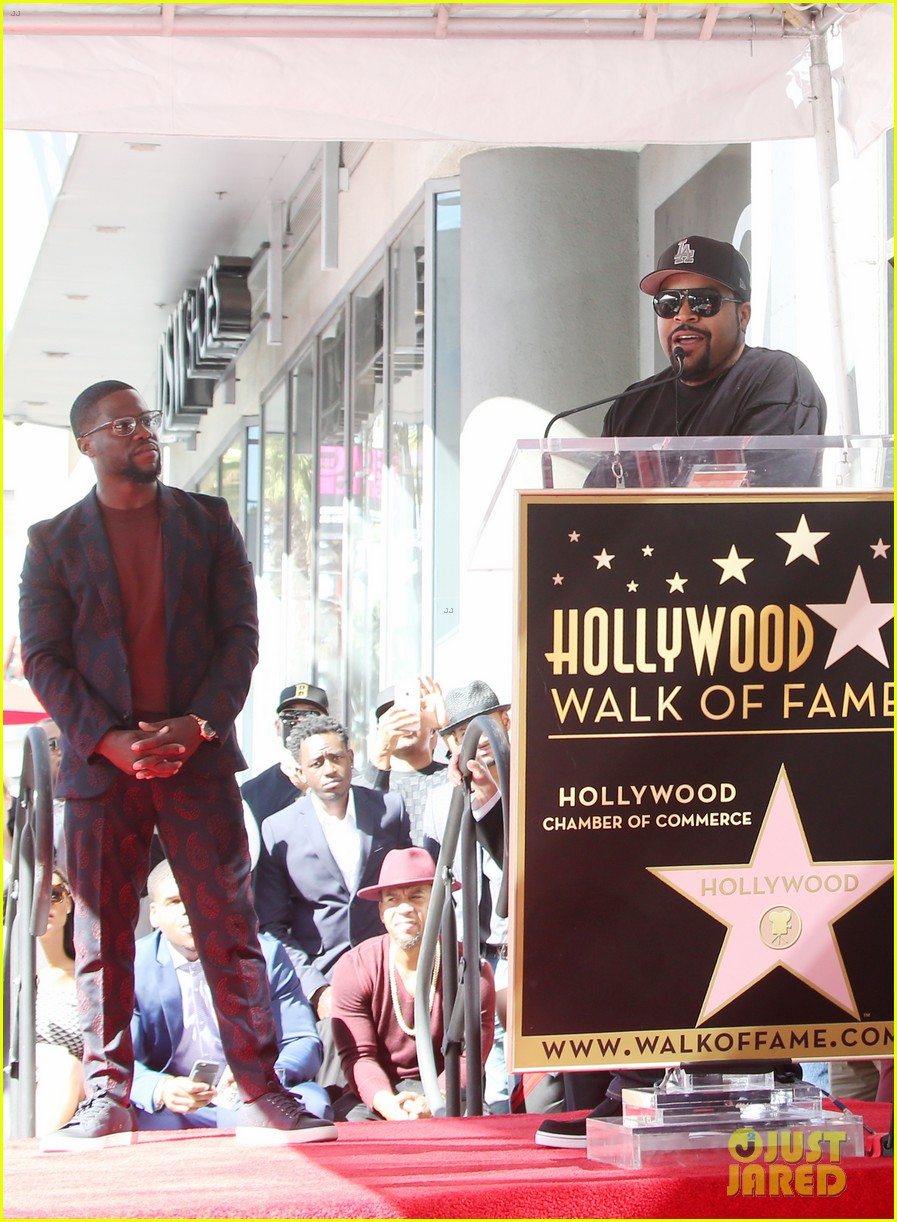 kevin hart gets support from family halle berry at walk of fame ceremony 223782688
