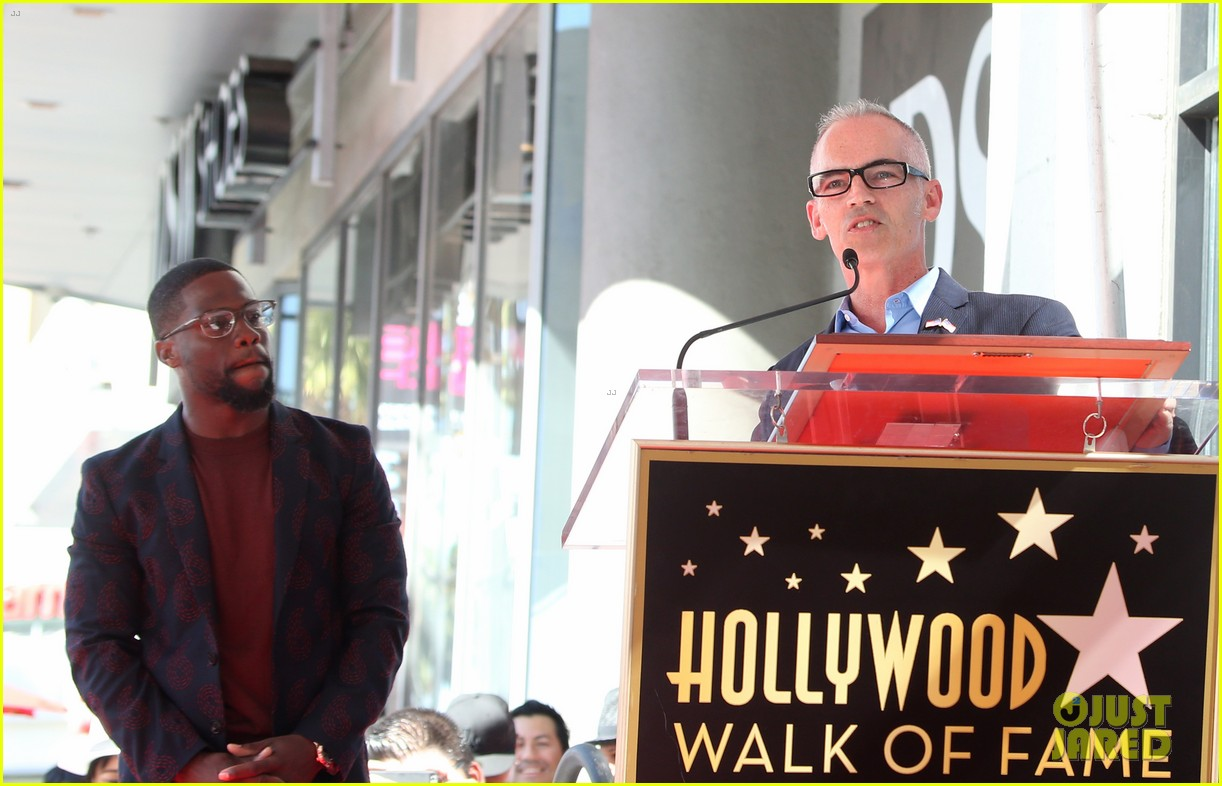 kevin hart gets support from family halle berry at walk of fame ceremony 233782689