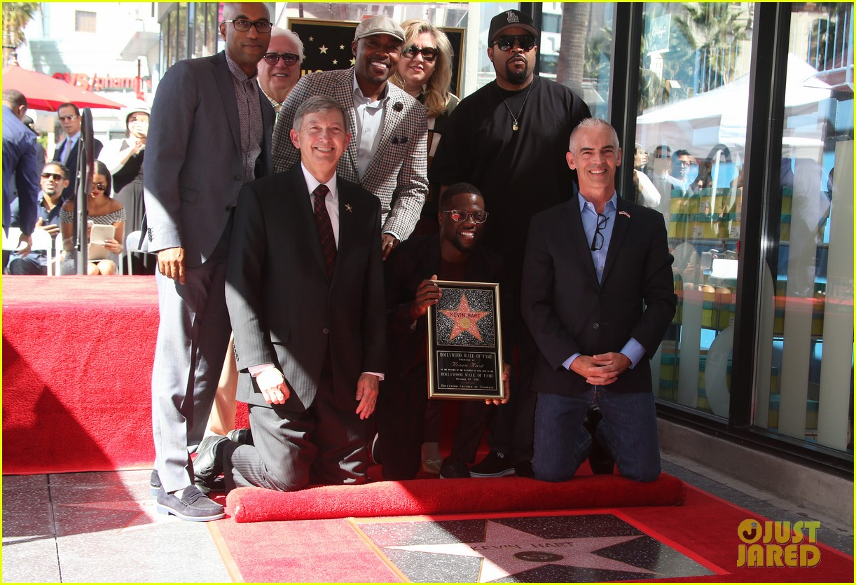 kevin hart gets support from family halle berry at walk of fame ceremony 263782692
