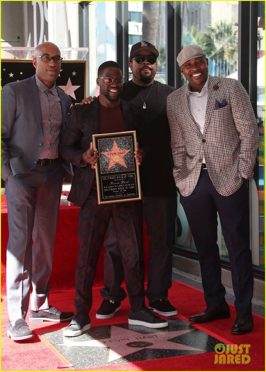 kevin hart gets support from family halle berry at walk of fame ceremony 273782693