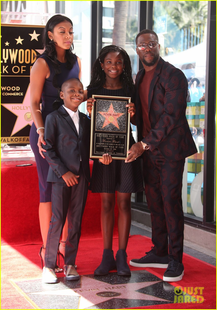 kevin hart gets support from family halle berry at walk of fame ceremony 323782698