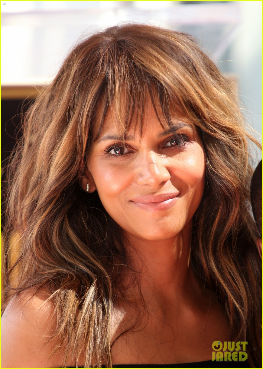 kevin hart gets support from family halle berry at walk of fame ceremony 373782703