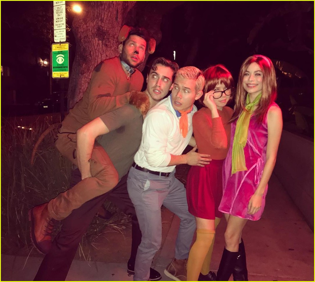 Aretha Franklin  Just Aretha Franklin 2017 >> Miranda Cosgrove & Jennette McCurdy Reunite For Scooby Doo Group Halloween Costume with Friends ...