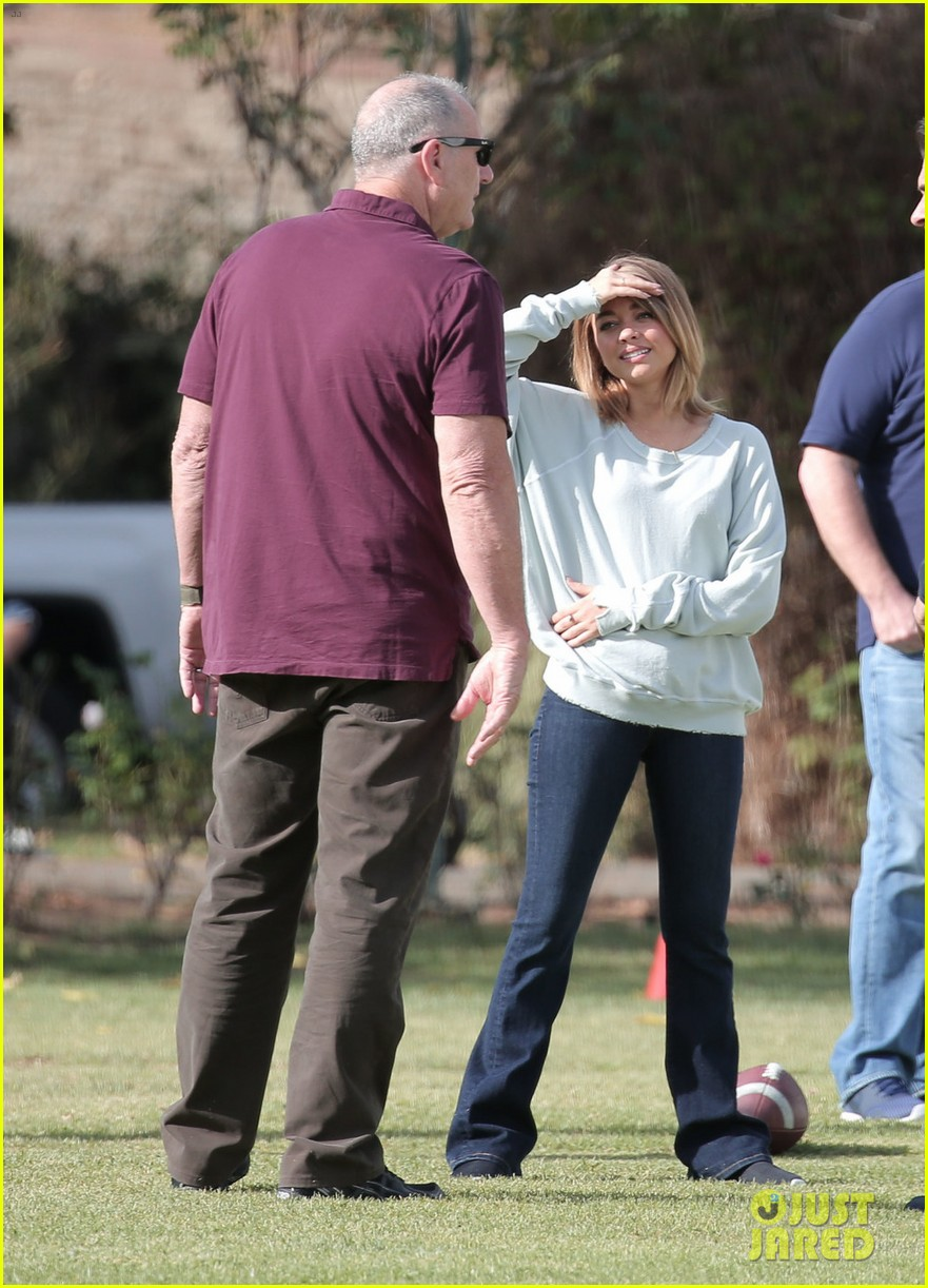 modern family cast plays football thanksgving episode 023781748