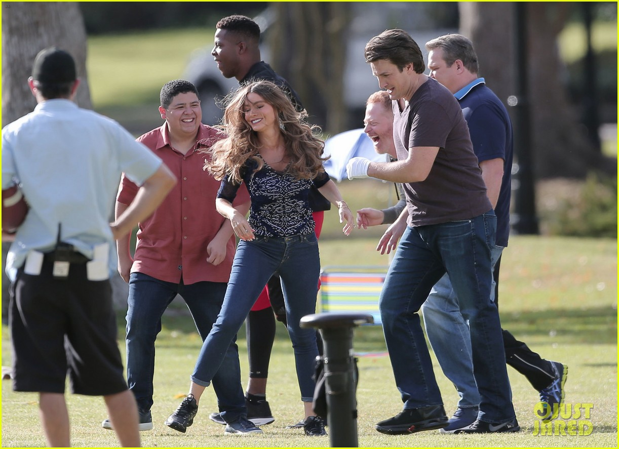 modern family cast plays football thanksgving episode 033781749