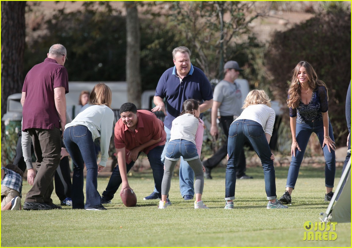 modern family cast plays football thanksgving episode 063781752