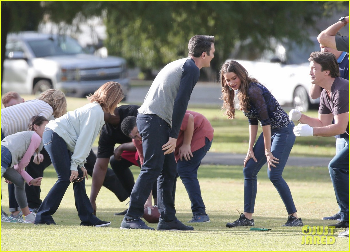 modern family cast plays football thanksgving episode 093781755