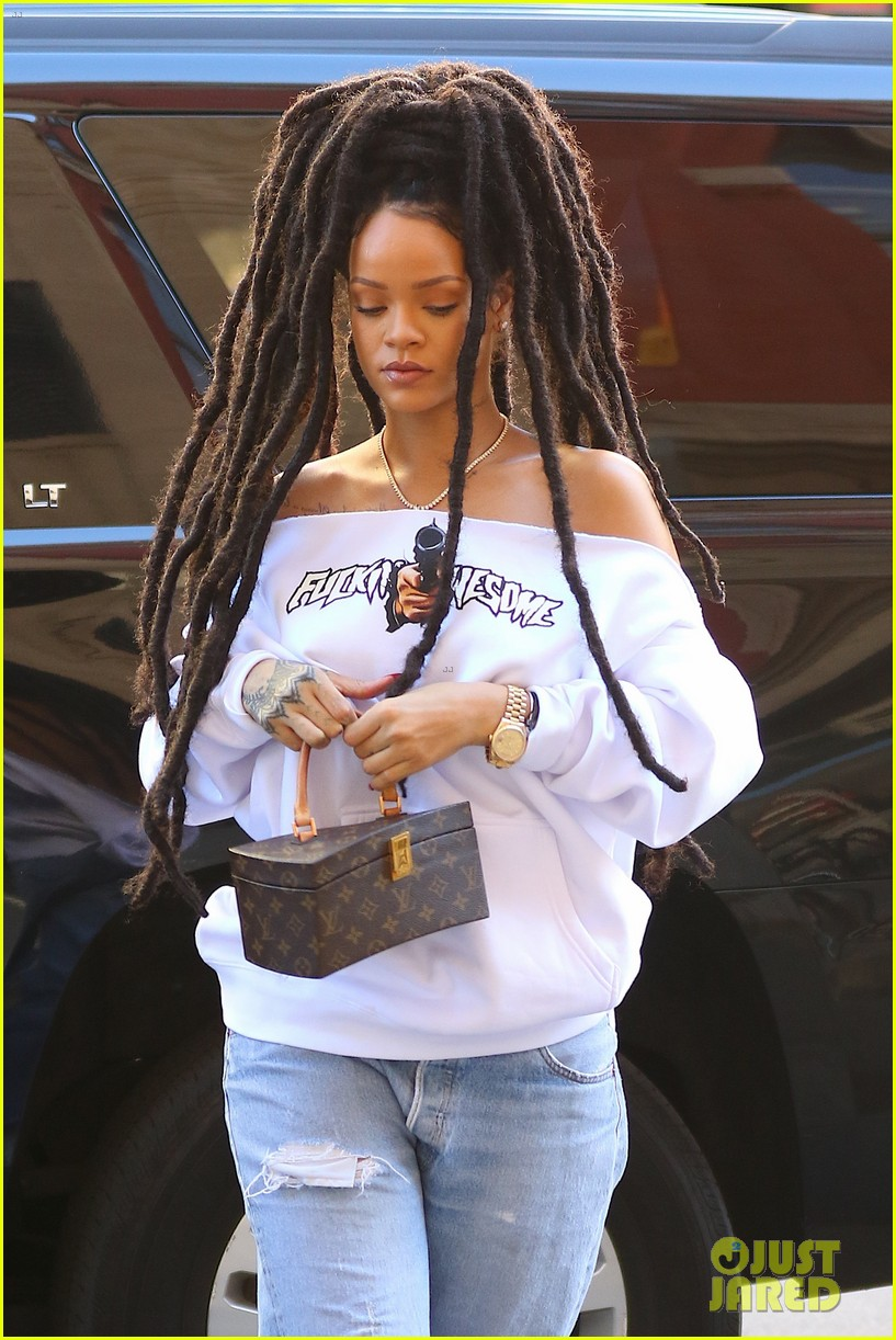 rihanna continues rocking her new dreadlocks   photo 3778810