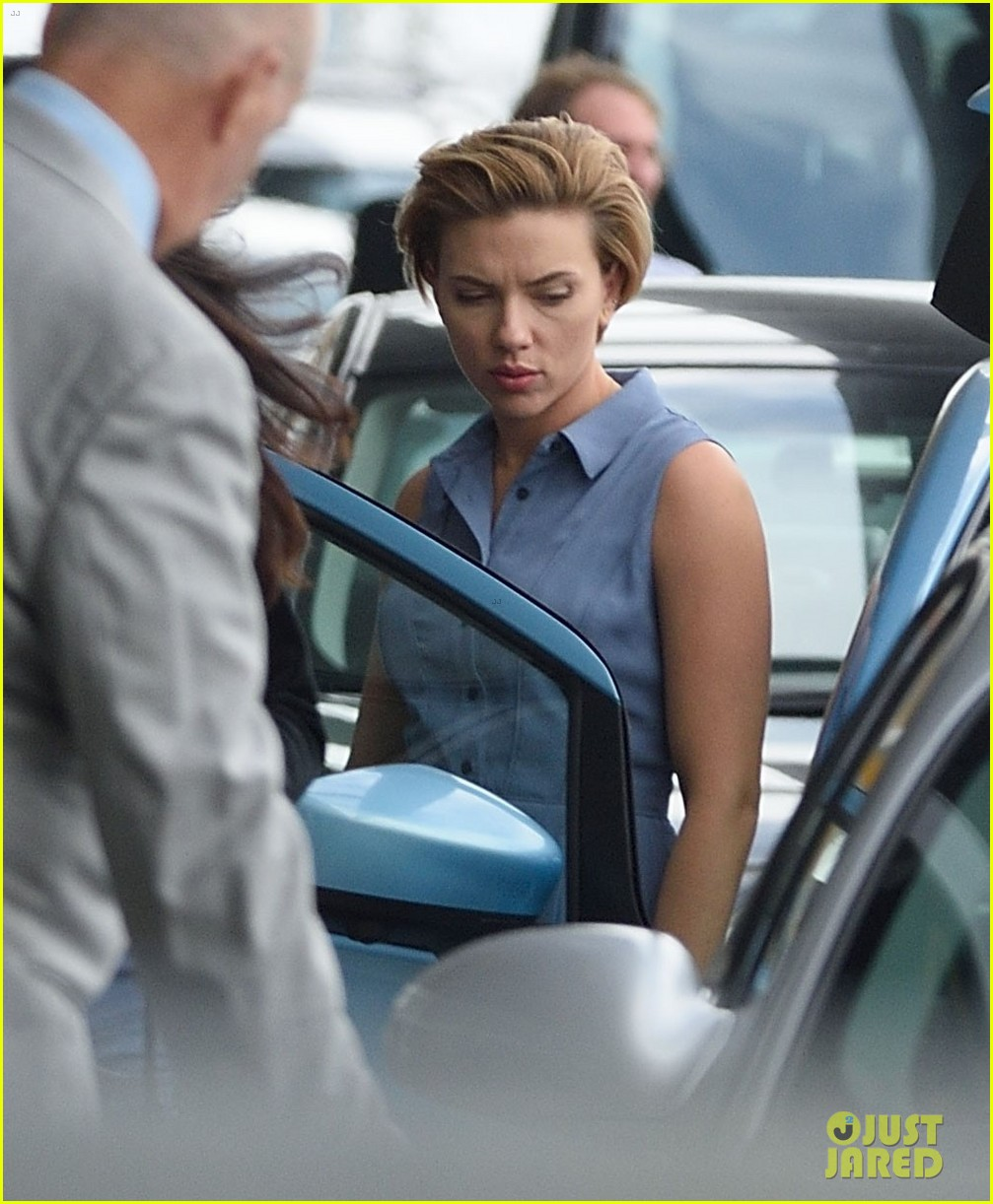 scarlett johansson continues filming rock that body in nyc 073777223