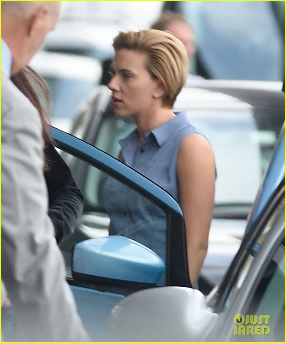 scarlett johansson continues filming rock that body in nyc 083777224