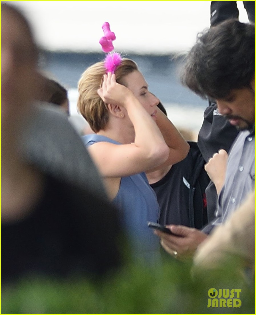 scarlett johansson continues filming rock that body in nyc 113777227