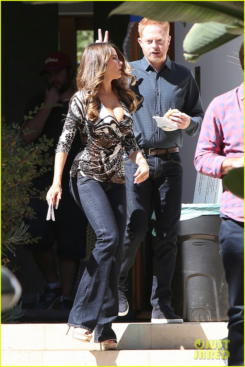 sofia vergara and jher modern family cast get silly on set 033782825