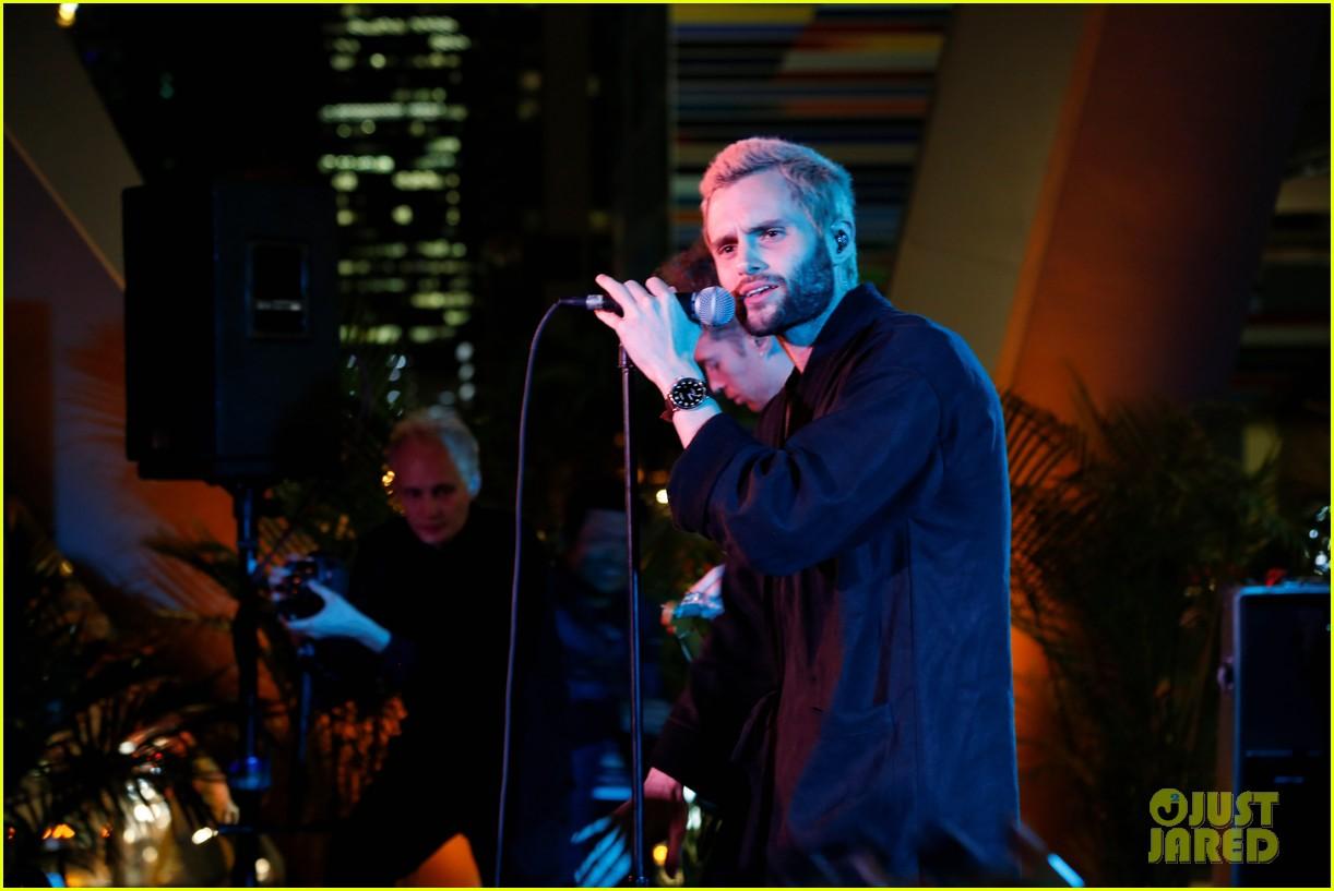 penn badgley debuts new blond hair at his mothxr debut miami performance 013817382