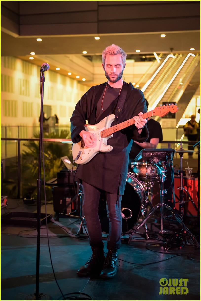 penn badgley debuts new blond hair at his mothxr debut miami performance 023817383