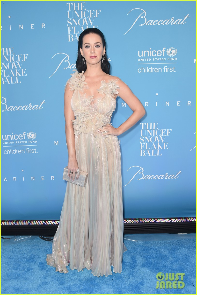 hillary clinton honors katy perry at unicef snowflake ball 033817683