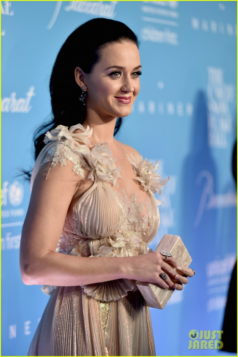 hillary clinton honors katy perry at unicef snowflake ball 053817685