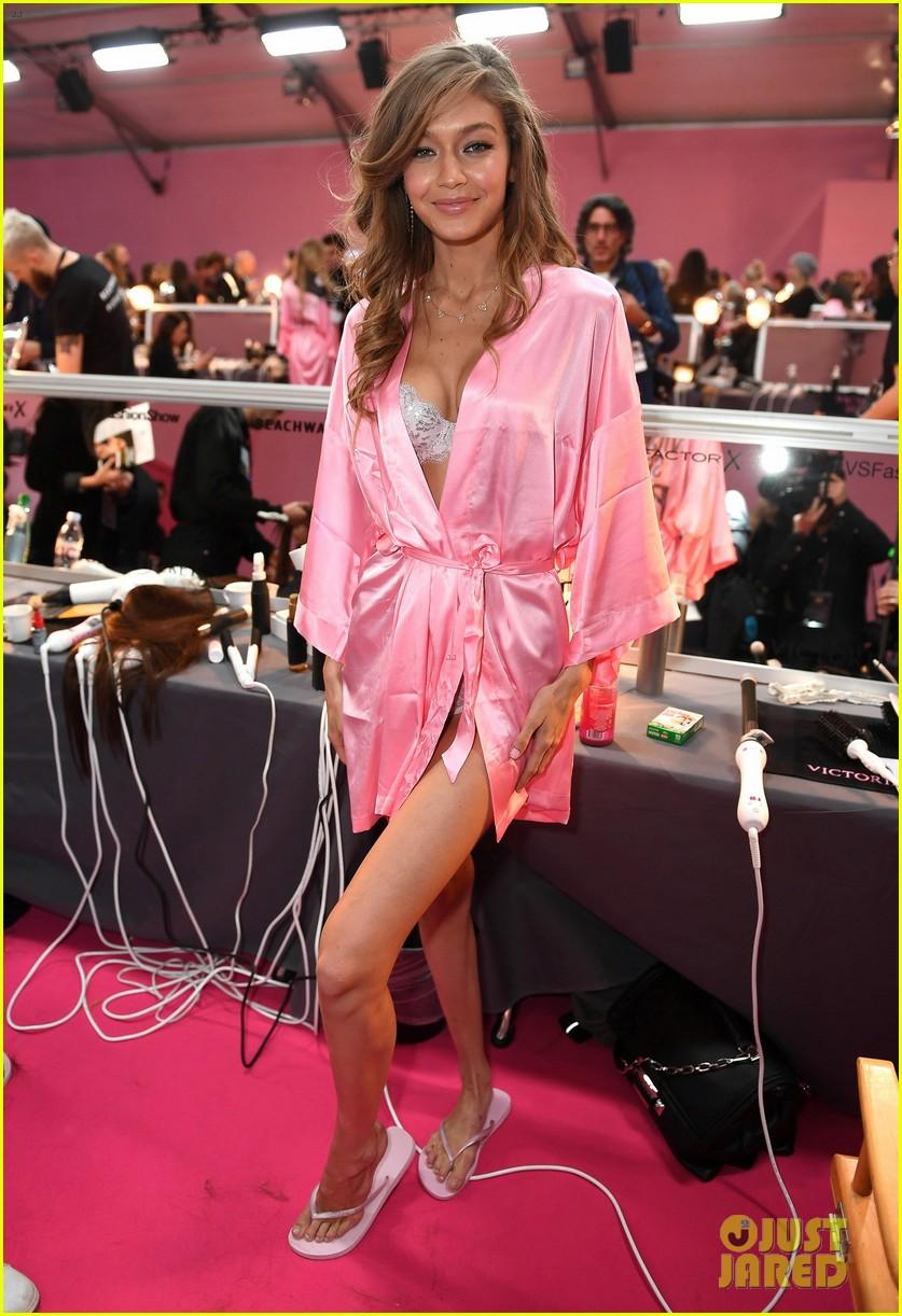 Bella Amp Gigi Hadid Strike A Pose Before Hitting The