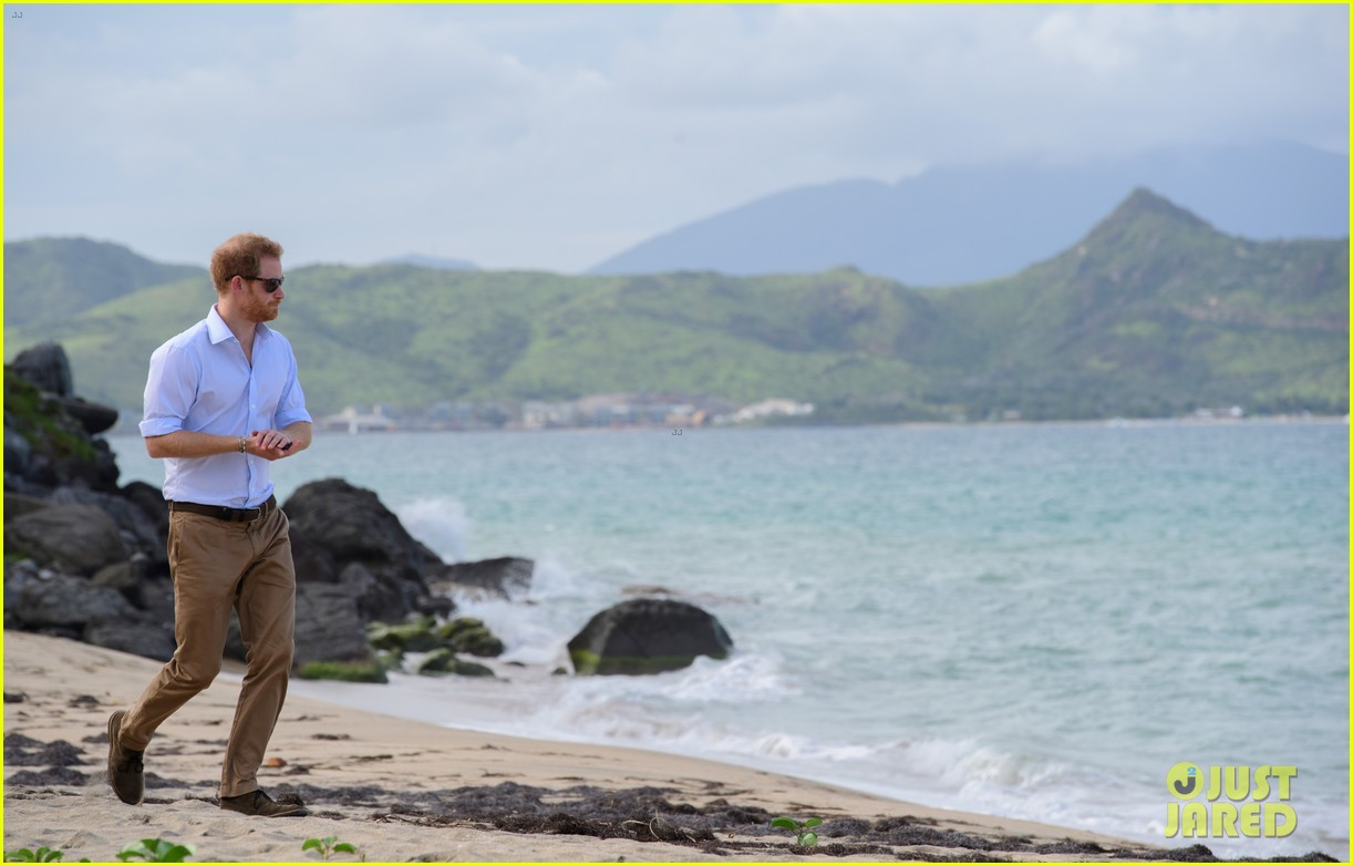 prince harry cant contact girlfriend megham markle as he travels caribbean 113815393