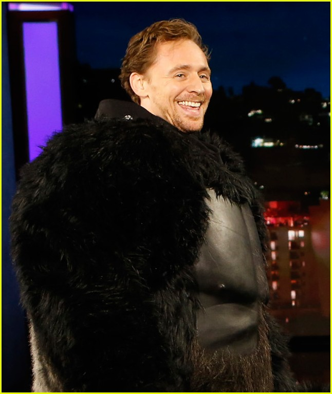 tom hiddleston dresses up in king kong suit for jimmy kimmel 033811273